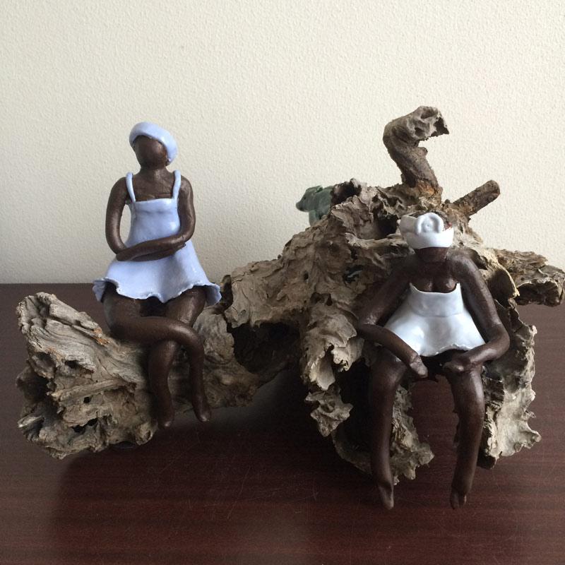 2 dames + hagedis op een boomstronk  AVDV-MG8140 2