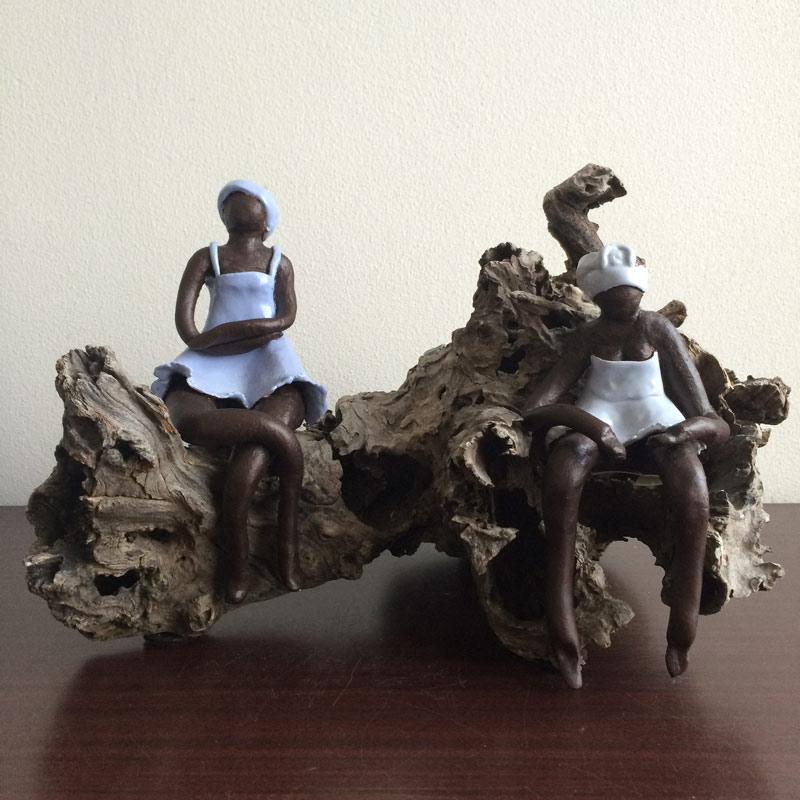 2 dames + hagedis op een boomstronk